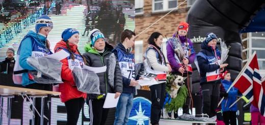 Alle deltakerne i juniorklassen i Finnmarksløpet 2016 samlet på premiesermonien. Foto: Finnmarksløpet