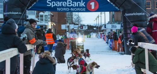 Ole Sigleif Johansen krysser mållinja først i FL-500 og vinner løpet og en norgemestertittel. Foto: Finnmarksløpet