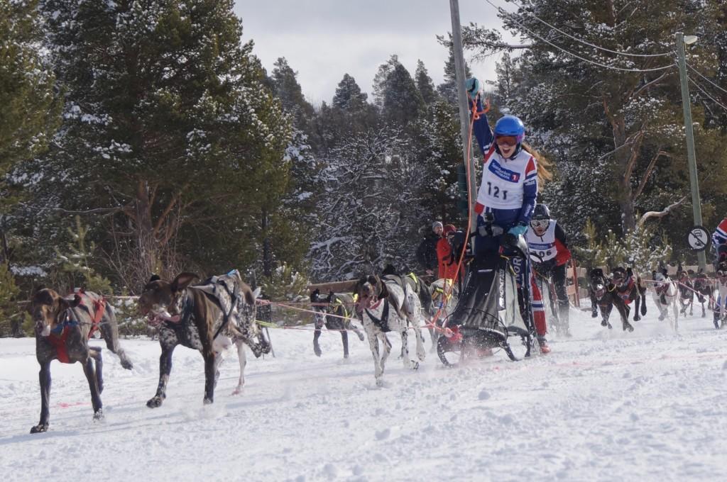 Eira Aaseby, 18 år, kjørte raskest av alle 4-spannene på fellesstarten og var jublende glad da hun innkasserte seieren foran flere meriterte og erfarne utøvere.