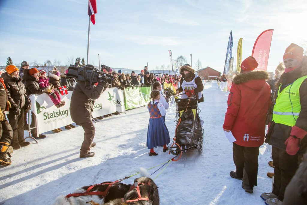Ylva Fjestad over målstreken på Røros som Norgesmester i junior langdistanse. Foto: Dace Znotina
