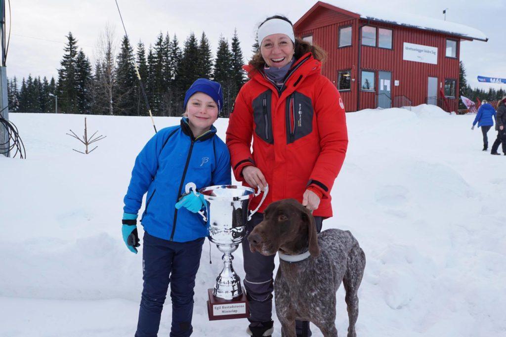 Solveig Kristiansen Aaseby vant også Egil Rustadstuens minnepremie/vandrepokal fordi hun hadde raskeste etappetid med pulk på stafetten. Foto: Lotte Friid Fladeby